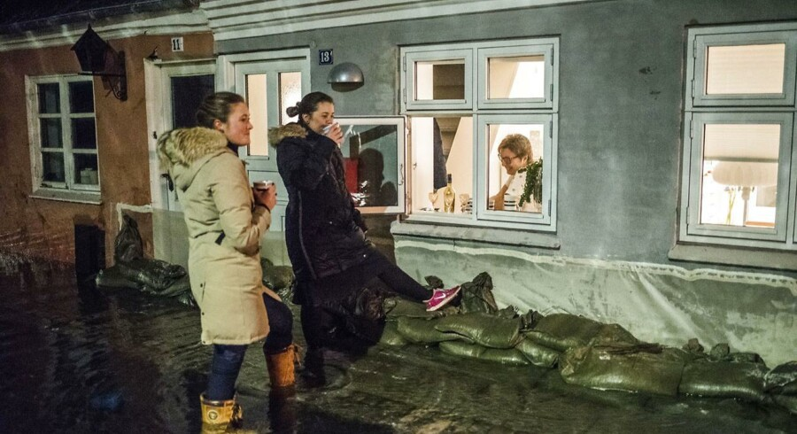 Færgevej i Faaborg er et af de værst ramte beboerområder i byen. Beboere hjælper hinanden med sandsække, tæpper og varm kaffe.