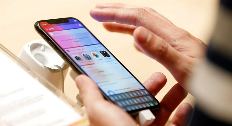 Masser af iPhone X-ejere klager over, at de ikke kan besvare opkald på deres telefon, før røret er blevet lagt på. Der er nemlig ikke længere fysiske knapper på skærmen på den hidtil dyreste Apple-telefon. Arkivfoto: Hamad I Mohammed, Reuters/Scanpix