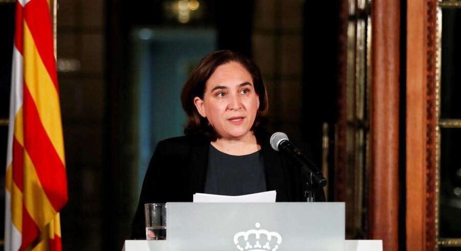 Borgmesteren i Barcelona, Ada Colau, beder nu præsidenten i Catalonien om at droppe enhver tanke om at udråbe selvstændighed for den nordøstlige spanske region.