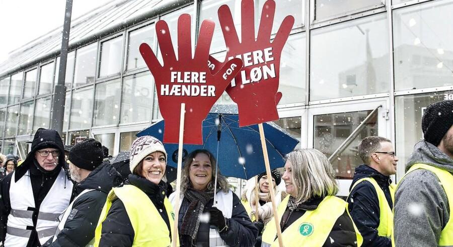 Demonstranter med skilte om overenskomstforhandlingerne står parat til at modtage de delegerede ved Kommunernes Landsforenings Topmøde 2018 der startede i Aalborg Kongres og Kulturcenter. Danskerne bakker om om de offentligt ansattes kamp for bedre løn.