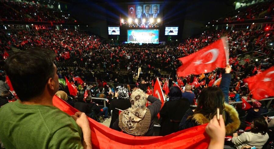 I februar talte Tyrkiets ministerpræsident Binali Yildirim for begejstrede Erdogan-tilhængere på et møde i den tyske by Oberhausen (billedet). Tysk presse beskylder Erdogan for 'kalkulerede' provokationer, når han sender sine ministre til Tyskland for at føre valgkamp.