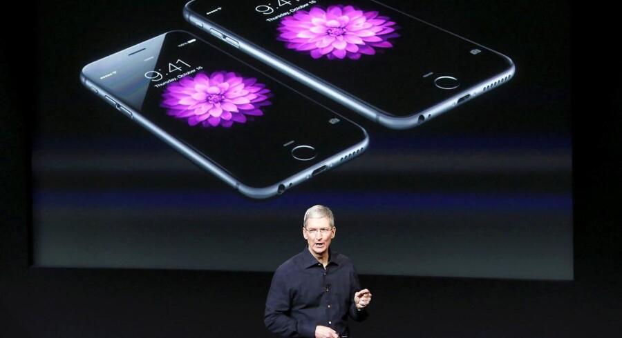 Apple-topchef Tim Cook undskylder for balladen om, at Apple bevidst har gjort ældre iPhone-telefoner langsommere, og lover nu en softwareopdatering, så folk selv kan bestemme. Arkivfoto: Robert Galbraith, Reuters/Scanpix