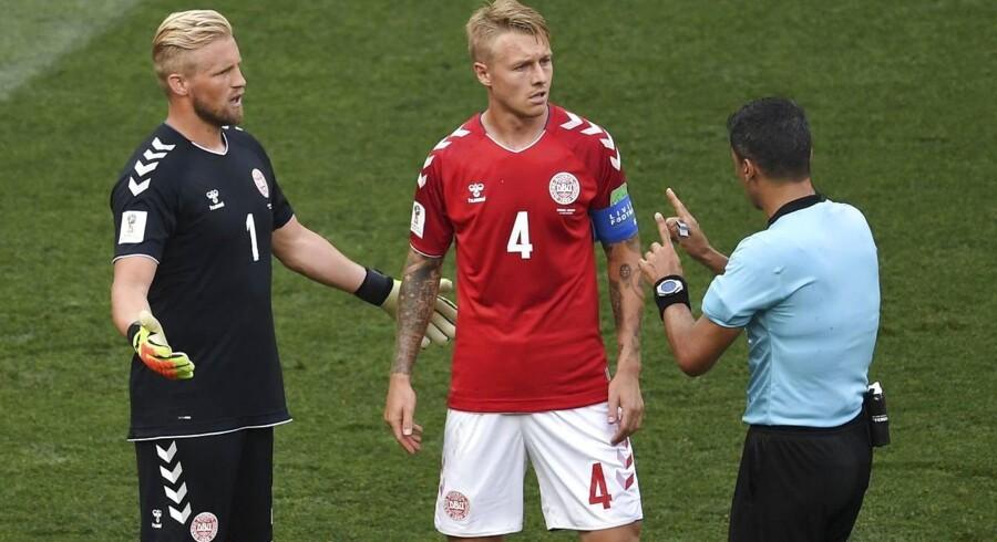 Den danske »boss« Simon Kjær og målmand Kasper Schmeichel brokker sig til dommeren under kampen mod Frankrig. De to erfarne spillere skal præstere deres bedste, hvis Danmark skal klare sig godt i kampen mod Kroatien.