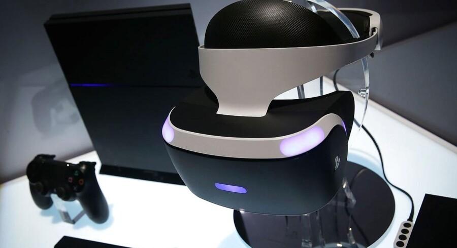 De nye Playstation VR-briller, som gør det muligt at vandre rundt inde i spillene, kommer til oktober, og nu gør Sony klar til kamp med to nye udgaver af sin Playstation 4: en opgraderet standardudgave med flere hestekræfter og en særligt kraftig udgave til de meget 3D-grafiktunge spil. Arkivfoto: Alex Wong, Getty Images/AFP/Scanpix