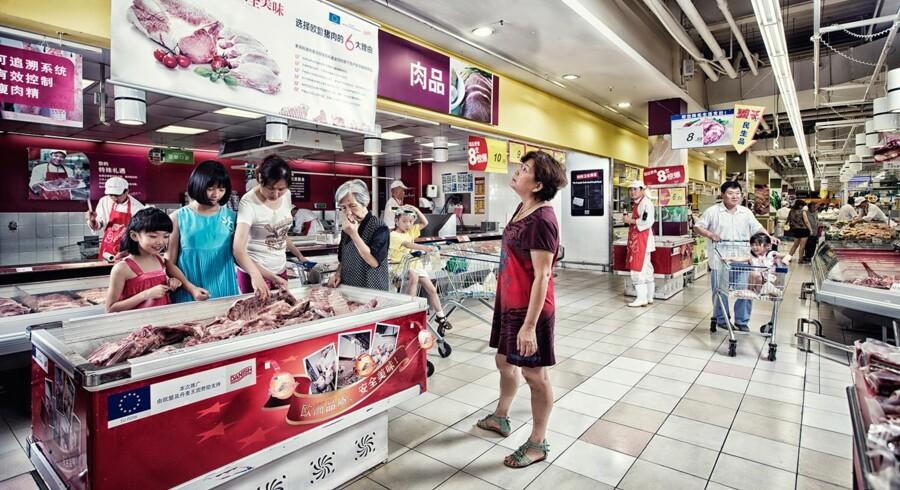 Kineserne er vilde med produkter fra danske svin. Jais Valeur, topchef i Danish Crown, håber, at ny eksport af pølser kan løfte milliard-salget på det store marked. Baggrunden er, at statsminister Lars Løkke Rasmussen (V) i disse dage ventes at underskrive en handelsaftale med kineserne om varmehandlet dansk kød.