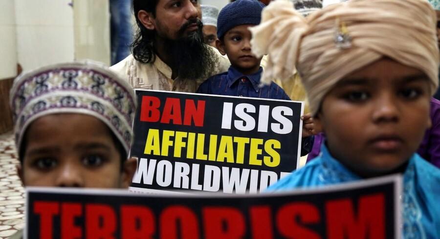 Børn af indiske muslimer protesterer imod Islamisk stat i Irak og Syrien i Mumbai den 20 november efter terrorangrebet i Paris. Arkivfoto: DIVYAKANT SOLANKI