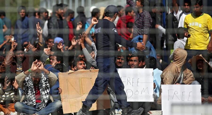 Afghanske migranter protesterer i en lejr på den græske ø Lesbos mod deres planlagte returnering til Tyrkiet. Foto: Orestes Panagiotou/EPA
