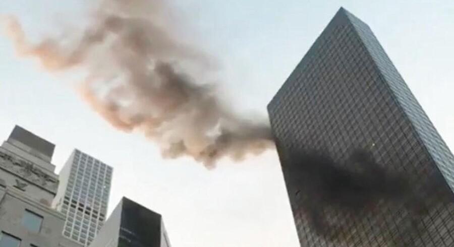 Den amerikanske TV-station CBS News rapporterer, at der er udbrudt en brand nær toppen af Trump Tower i New York. TWITTER/@NYCBMD/via REUTERS