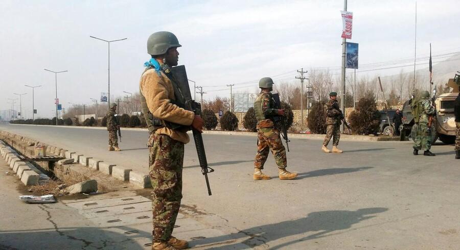 Der er hørt skudsalver og eksplosioner nær efterretningsvæsenets træningscenter i den afghanske hovedstad.