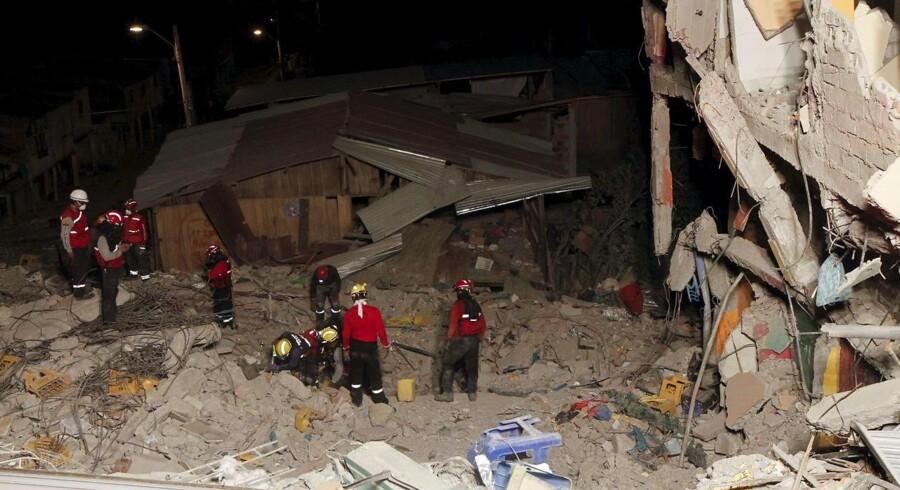 Onsdag den 20. april blev Ecuador ramt af et voldsomt jordskælv. Regeringen vil midlertidigt sætte visse skatter og afgifter op og overvejer også at sælge obligationer for at kunne finansiere reparationer af de mange ødelagte veje, broer og bygninger. (REUTERS/Guillermo Granja)