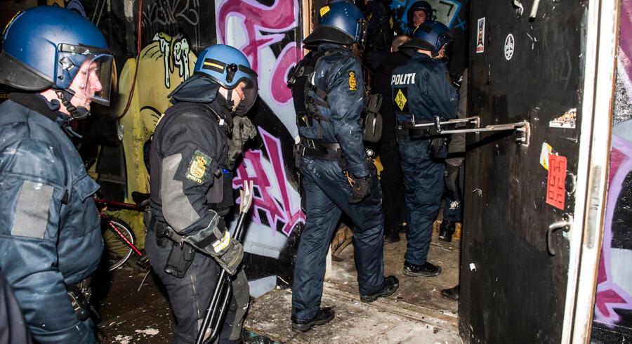 Politiet i aktion ved Ungdomshuset på Dortheavej. Ungdomshuset i København afholder onsdag den 1. marts 2017 en demonstration, der bevæger sig fra Vor Frue Plads mod Nørrebro i anledning af 10-året for rydningen af Ungdomshuset på Jagtvej 69. Den 1. marts 2007 kl. ca. 7.00 påbegyndte Københavns Politi en rydning af Ungdomshuset.De følgende dage var præget af uroligheder og ødelæggelser, hvor over 714 personer blev anholdt. Den 5. marts ved 8-tiden om morgenen begyndte nedrivningen af huset, der varede indtil den 6. marts ved 23-tiden. I dag står grunden Jagtvej 69 tom, men der er planer om at bygge et nat-herberg for hjemløse på stedet. (Foto: Asger Ladefoged/Scanpix 2017)