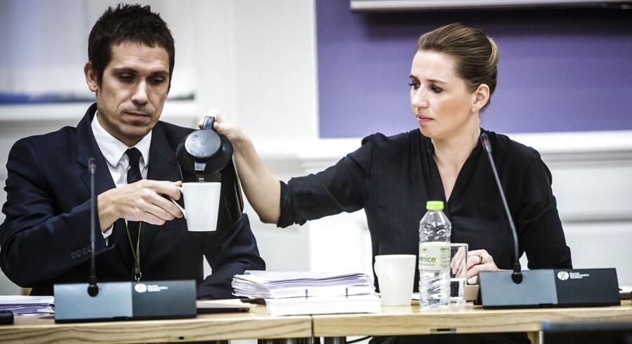 Mette Frederiksen (S) skænker kaffe til en embedsmand under et samråd. 12 har søgt om jobbet som departementschef, hvor man arbejder så tæt med ministeren, som man kan komme til.