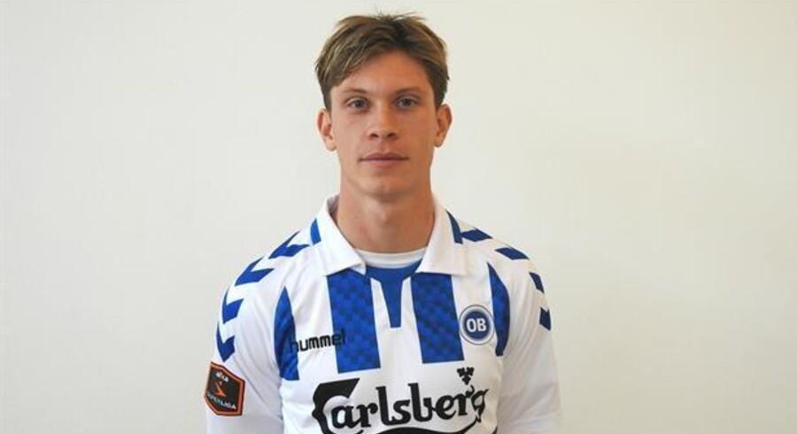 Ryan Johnson Laursen skifter Esbjergs blå og hvide striber ud med OB's ditto. Free/Ob