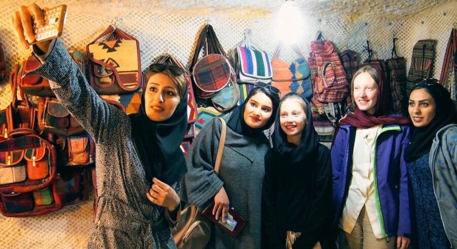 I programmet er 11-årige Dicte i Iran for at prøve hijabmode.