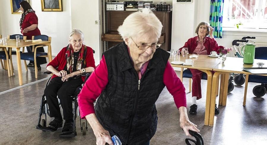 Arkivfoto. To ud af tre ansatte på plejehjem har oplevet, at de ældre svigtes af deres pårørende.