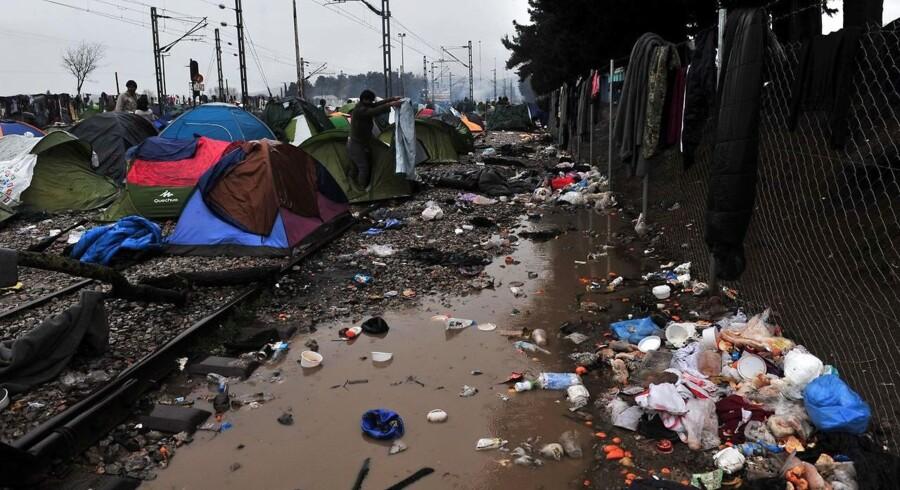 Affaldet og problemerne hober sig op ved EUs ydre grænser. Tusindvis af flygtninge er fanget ved blandt andet her ved en græsk grænsestrækning. Foto: Sakis Mitrolidis