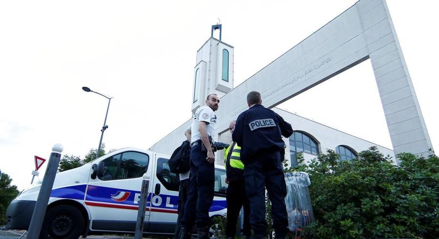 Politiet udenfor moskeen i Paris-forstaden Creteil, hvor en mand torsdag aften forsøgte at køre ind i moske-gængerne.