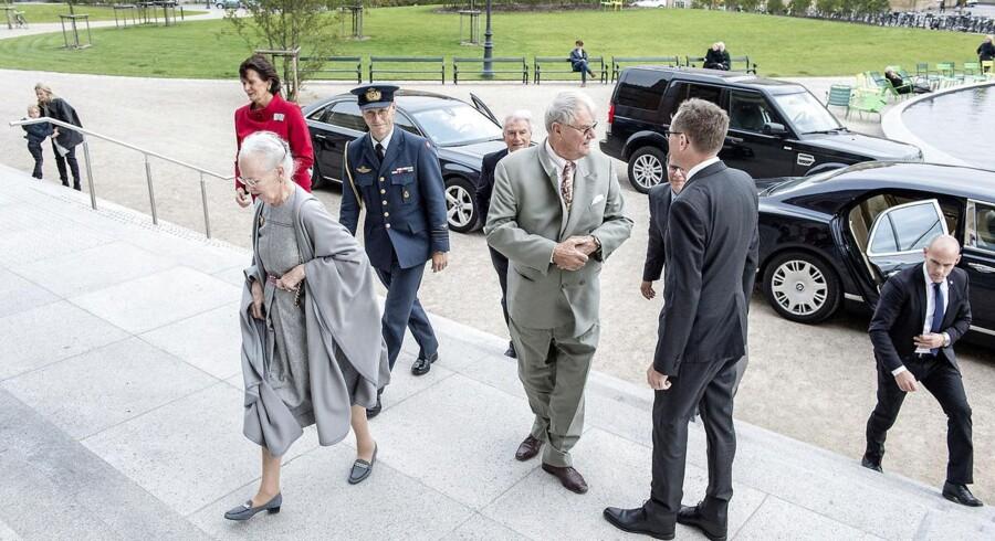 Dronning Margrethe og Prins Henrik ankommer til Statens Museum for Kunst, og bliver på trappen modtaget af museets direktør Mikkel Bogh.