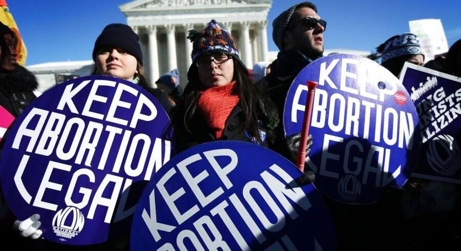 """Abort vedbliver at være et ømtåleligt spørgsmål i USA. Her ses abort-forkæmpere i en mod-demonstration under abortmodstandernes årlige """"march for Liv"""" foran USAs højesteret i Washington DC, den 22. januar."""