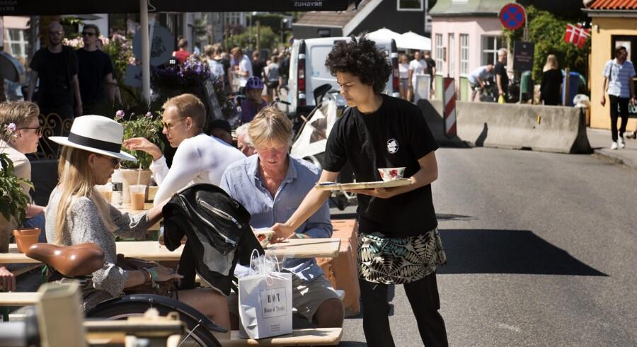 På Hovedgaden i Tisvilde blev der i går varmet op til det helt store rykind under festivalen de kommende dage. Det forventes, at byen får besøg af op mod 10.000 gæster. Festivalpladsen var samtidig ved at få en sidste overhaling. Foto: Linda Kastrup