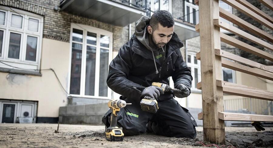 ARKIVFOTO 2016 af Ismaeil Akram Ismaeil fra Syrien arbejder for Skou Gruppen som arbejdsmand. Han vil gerne uddannes som tømrer.