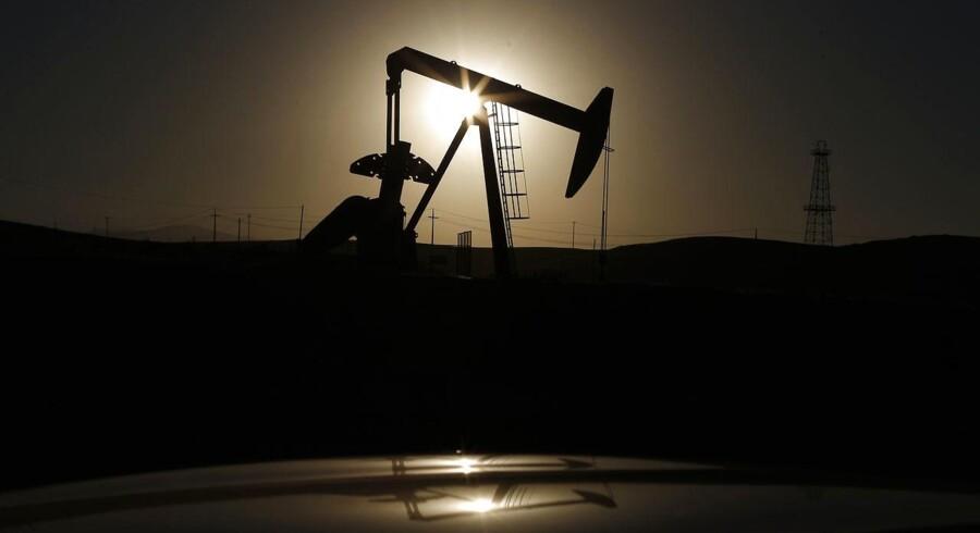 En tønde af den europæiske referenceolie, Brent, koster tirsdag morgen 46,50 dollar mod 46,80 dollar mandag eftermiddag. Den amerikanske WTI-olie handles samtidig i 44,95 dollar mod 45,45 dollar mandag eftermiddag.