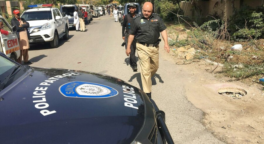 A en politimand på gaden, der leder op til den Afghanske ambassade, hvor en afghansk diplomat blev skudt og dræbt mandag. REUTERS/Akhtar Soomro