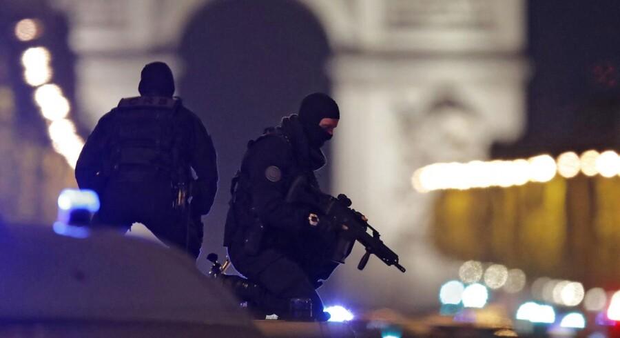 Maskerede betjente deltager i sikringen af området omkring Champ-Élysées efter attentatet torsdag aften. REUTERS/Christian Hartmann