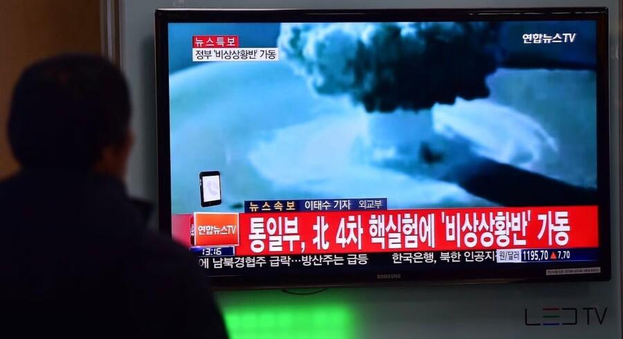 En mand ser på nyhederne i den sydkoreanske hovedstad, Seoul.