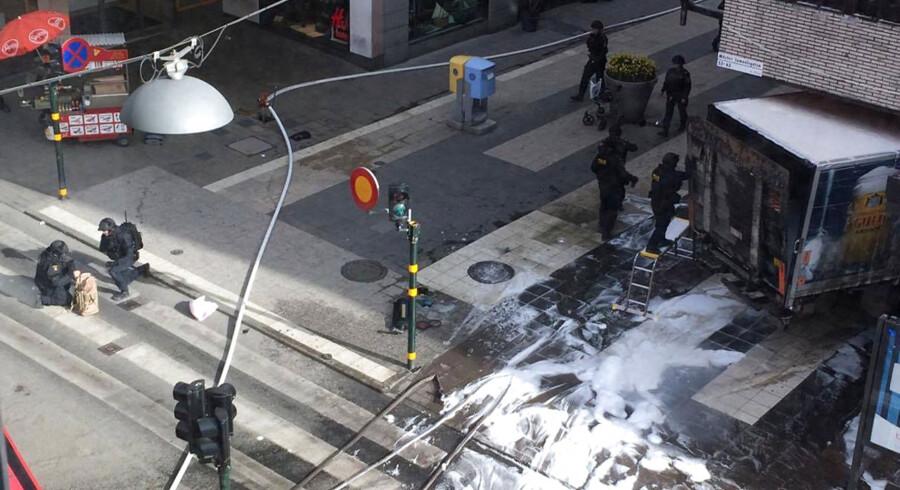 En lastbil er kørt ind i en menneskemængde i det centrale Stockholm. Mindst to personer er omkommet i Drottninggatan i det centrale Stockholm. Det skriver nyhedsbureauet Reuters. Ifølge avisen Aftonbladet er der ifølge politikilder tale om tre omkomne.