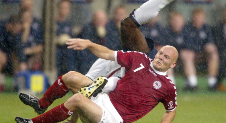 Thomas Gravesen, som her ses høvle englænderen Sol Campbell ned ved VM i 2002, kræver mere af samme skuffe fra det nuværende landshold. Lars Møller/arkiv/Ritzau Scanpix