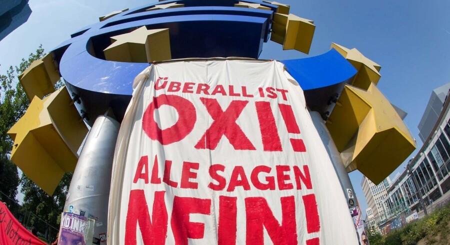 En sympatidemonstration til fordel for den græske regering har indtaget området foran Den Europæiske Centralbanks tidligere hovedkvarter i Frankfurt.