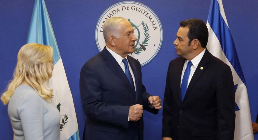 Guatemalas præsident Jimmy Morales taler med Israels premiærminister Benjamin Netanyahu inden åbningen af den nye ambassade i Jerusalem. EPA/RONEN ZVULUN / POOL