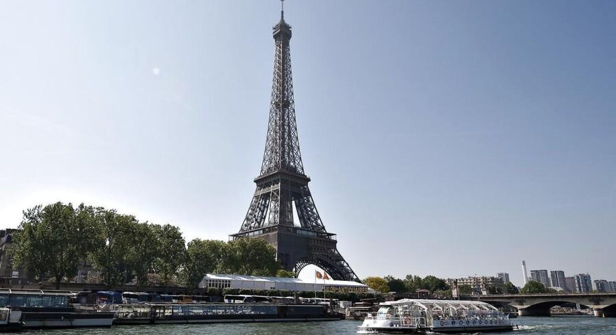 Eiffeltårnet slukkes ved midnat tirsdag i respekt for ofrene for bombeangrebet i Manchester. Tårnet har før slukket lyset efter angreb på London, St. Petersborg, Stockholm, Paris og Aleppo. Scanpix/Liselotte Sabroe
