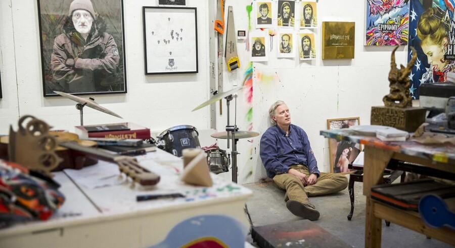 Kristian von Hornsleth i sit atalier. Han er i gang med et projekt hvor portrætter af hjemløse skal printes på guldplader.