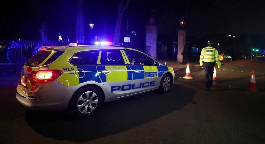 Mindst ti personer blev såret, da et bål eksploderede under en jødisk festival i det nordlige London.
