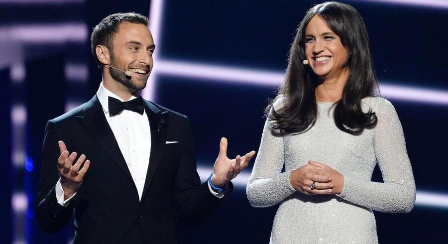 Værtsparret Mans Zelmerlow og Petra Mede åbner tirsdagens semifinale ved Eurovision Song Contest 2016 i Stockholm.