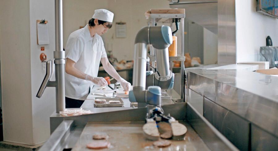 Flippy har travlt i køkkenet i selskab med en menneskekollega.   Foto: Miso Robotics