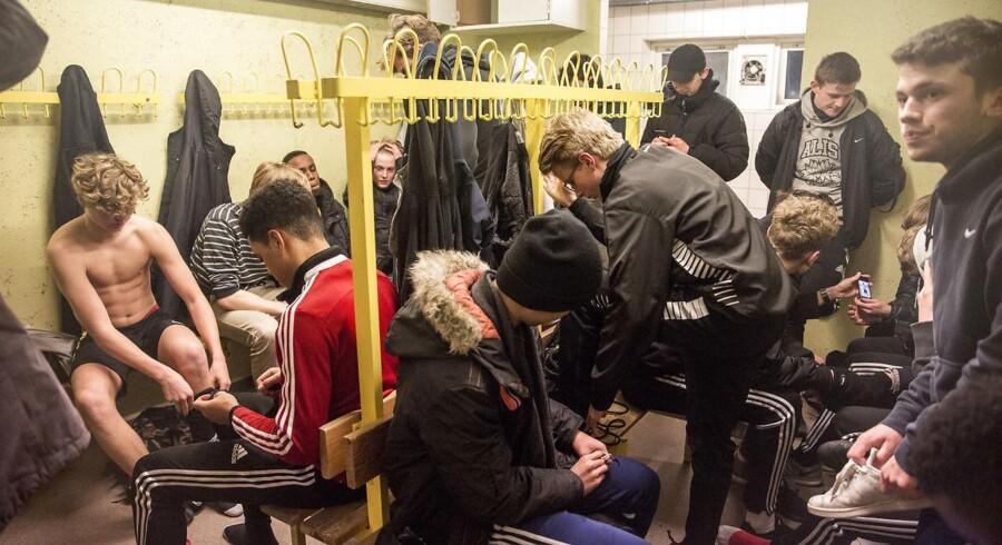 Pladsen er trang i de små omklædningsrum i Frederiksberg Boldklubs klubhus.