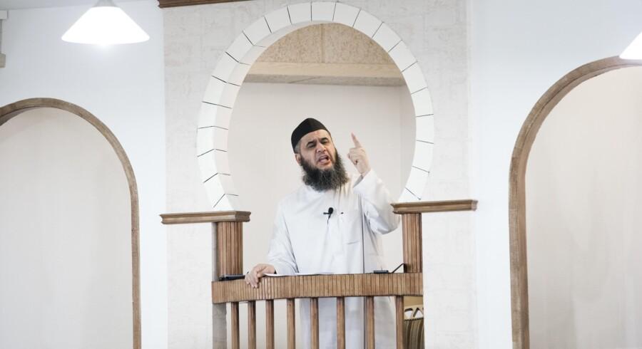 ARKIVFOTO 2014 af Imam Abu Bilal under fredagsbøn i Moskéen på Grimhøjvej i Århus. I 2014 lød det i en opgørelse fra Østjyllands Politi, at 22 af de mindst 27 fra politikredsen, som på det tidspunkt var rejst i kamp i Syrien og Irak, har haft deres gang i Grimhøj-moskéen. En af dem var konvertitten Victor Kristensen, som sprængte sig selv i luften i en selvmordsmission for Islamisk Stat i november 2013, hvor danskeren tog mindst ni personer med sig i døden.