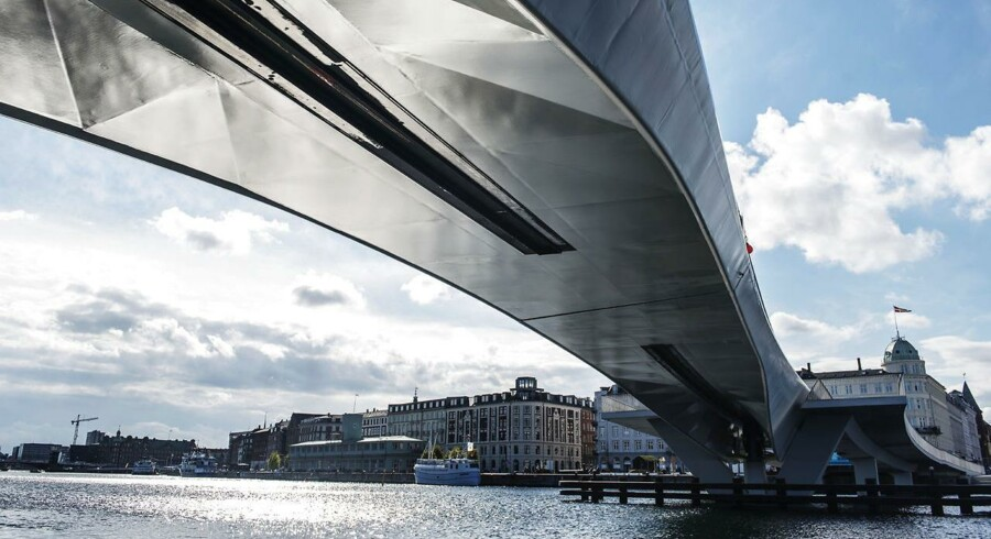 Inderhavnsbroen har været otte år undervejs Inderhavnsbroen i Københavns Havn kan søndag ikke åbne. Det er kun det seneste problem med den forsinkede bro. Inderhavnsbroen er anlagt i Københavns havn mellem Havnegade og Nordatlantens Brygge.. (Foto: Ólafur Steinar Gestsson/Scanpix 2016)