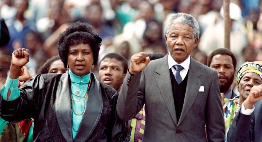 I 1952 mødte Winnie Madikizela-Mandela Nelson Mandela ved et busstoppested, og seks år efter blev de gift. Det var ham, der for alvor førte hende ind i den politiske kamp mod raceadskillelse. AFP PHOTO / TREVOR SAMSON