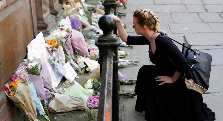 Der er hele dagen blevet lagt blomster i centrum af Manchester