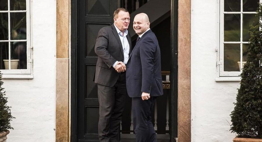 Statsminister Lars Løkke Rasmussen byder De Konservatives formand Søren Pape Poulsen velkommen til forhandlinger på Marienborg mandag den 21 november 2016. (Foto: Ólafur Steinar Gestsson/Scanpix 2016)