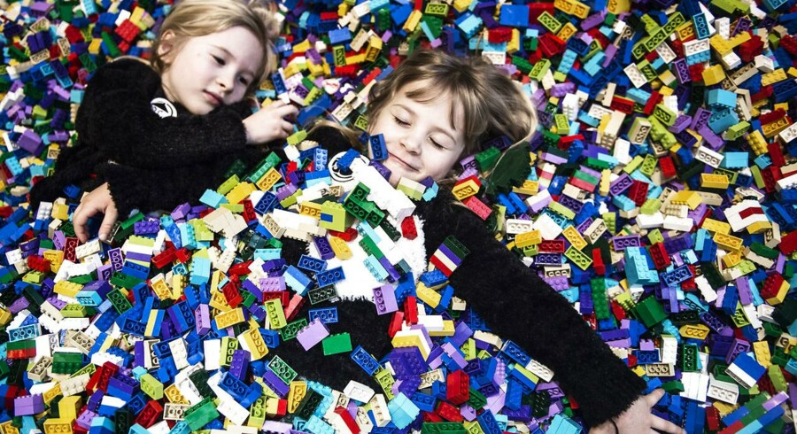 Lego er nu meget tæt på at være verdens største producent af legetøj. Med en vækst i salget på 6 pct. sidste år, nåede Lego en omsætning på 37,9 milliarder kr. mod amerikanske Mattels 38,6 milliarder kr.