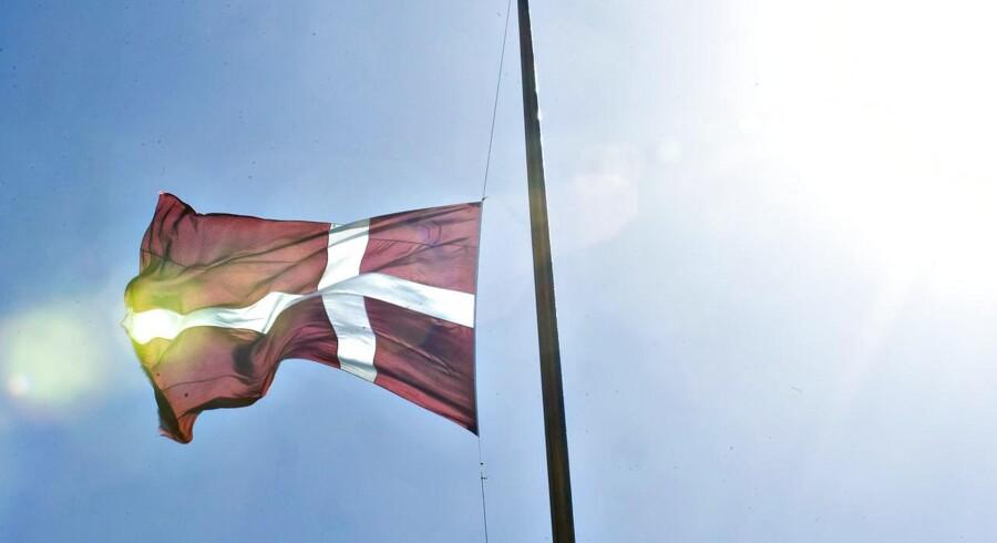 Fra onsdag klokken 08 flages der på halv stang fra alle statsbygninger og statsskibe efter prinsens død.