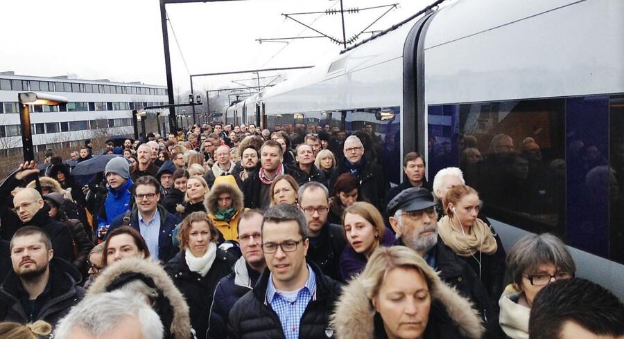 Pendlere ved et forsinket tog. Arkivfoto: Scanpix
