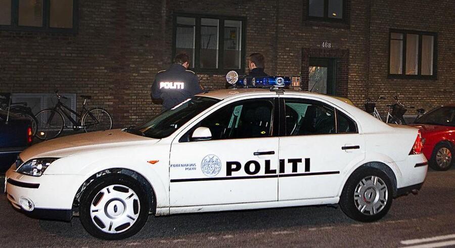 I går blev en 15-årig uledsaget asylansøger stukket ned på Nørrebro. I dag markerer borgerinitiativet »Vi Ta'r gaderne tilbage«, at de ikke finder sig i vold og kriminalitet i deres bydel. Her er politibil på Nørrebro ved tidligere episode.