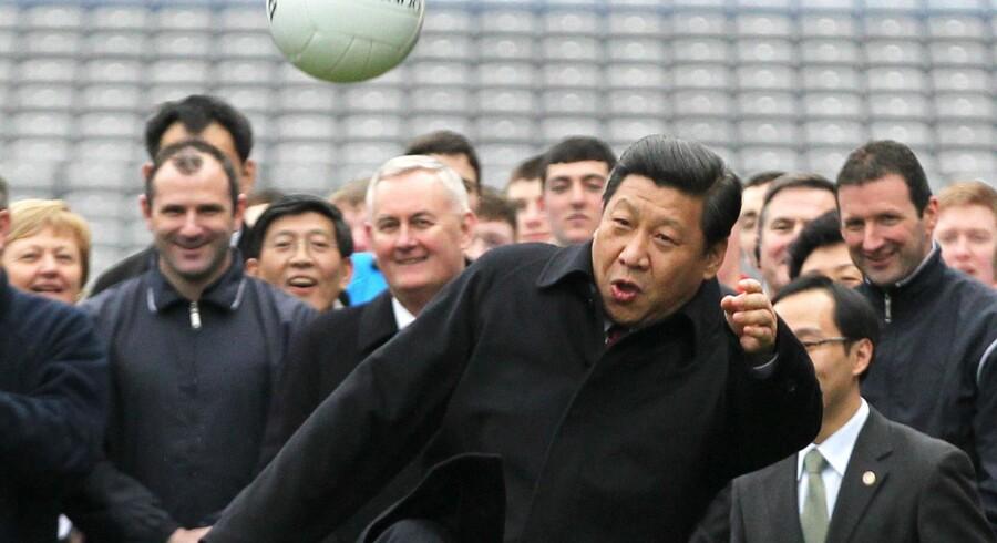 Præsident Xi Jinping har flere gange offentligt talt om sin passion for fodbold. Her er han fotografet i Dublin i 2012, hvor han var på besøg i sin egenskab af vicepræsident. Foto: Peter Muhly. Indsat som spillekort er de seks største stjerner i Kina. Kilde: Transfermarkt.de