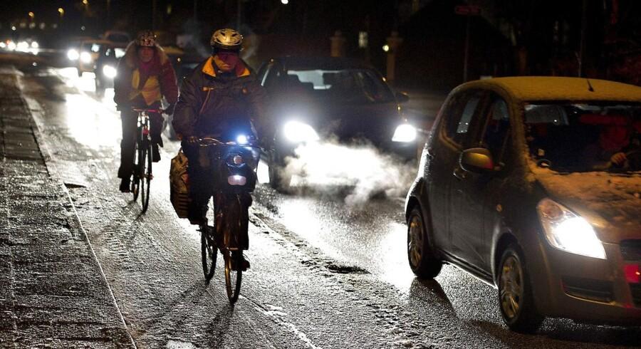 Natten til onsdag bød på sne og isglatte veje mange steder i landet. Der bliver også glat de kommende dage, advarer DMI.